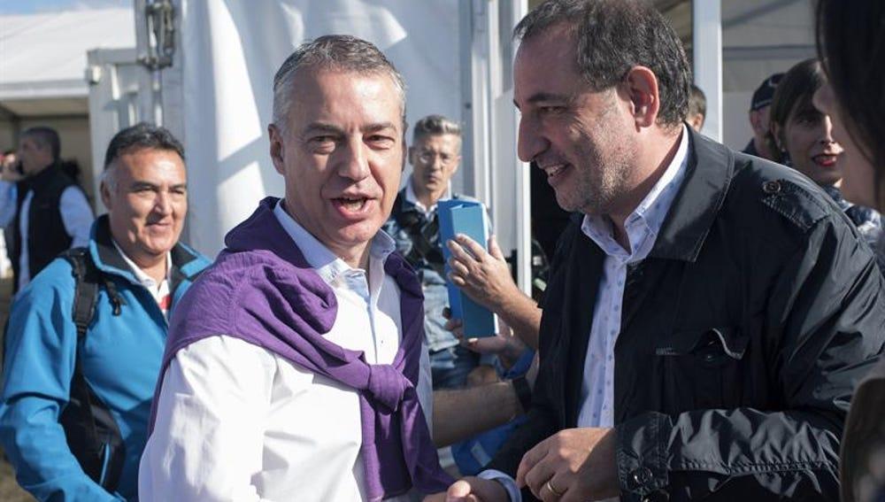 El lehendakari en funciones, Iñigo Urkullu, saluda al secretario general del comité de gobierno de Unió Democrática, Ramón Espadaler, durante la celebración del Alderdi Eguna