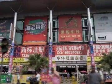 """Frame 36.809362 de: China, la fábrica del mundo """"con más de 3.000 factorías sólo dedicadas a hacer vaqueros"""""""