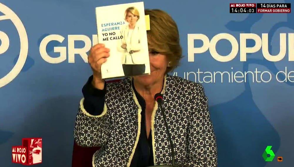 Esperanza Aguirre enseña su libro ante los medios