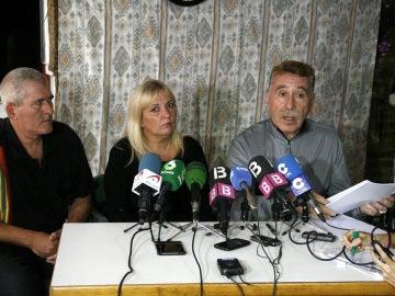 El abogado de la familia de la menor agredida en un colegio de Palma, junto a los padres de la niña