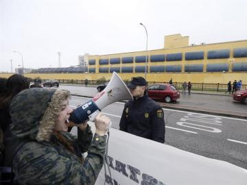 Varios centenares de personas se han manifestado a las puertas del Centro de Internamiento de Extranjeros