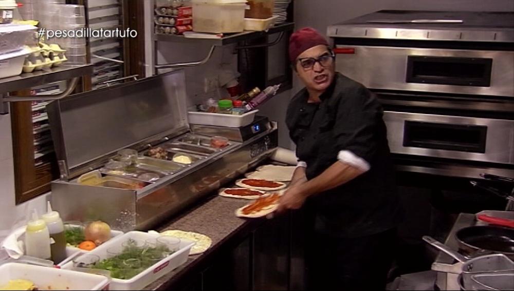 Andrea tira una pizza en Il Tartufo