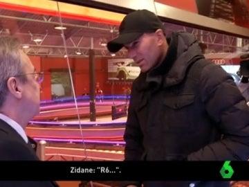 Zidane charla con Florentino durante la entrega de los Audi
