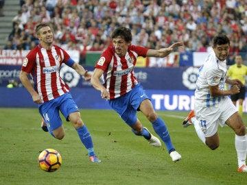 Savic disputa un balón en el partido ante el Málaga