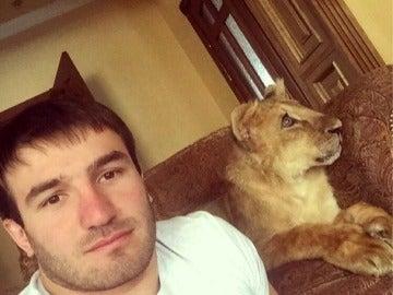 Salim Zhambeev en su casa con la leona
