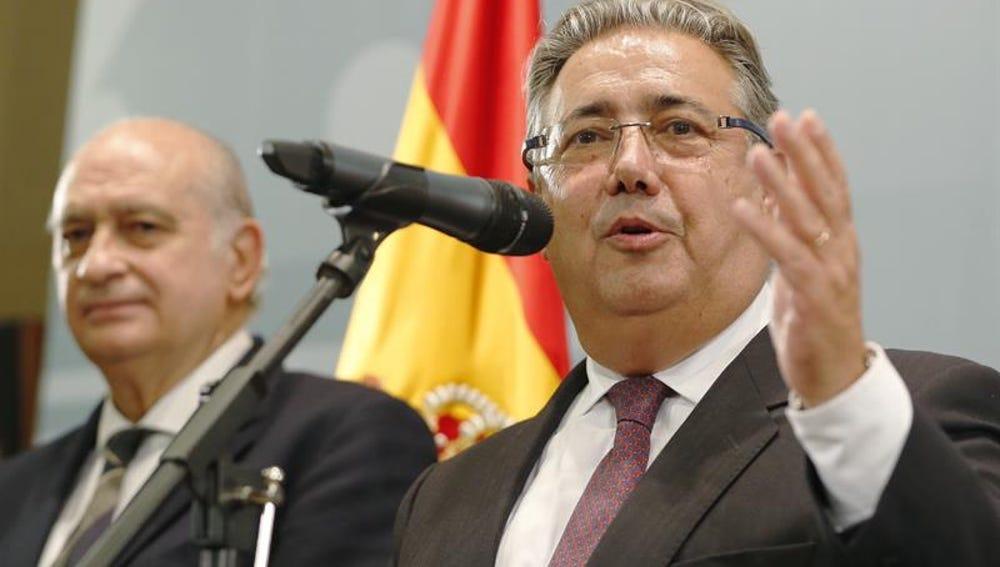 El nuevo ministro del Interior, Juan Ignacio Zoido, junto a su antecesor en el cargo, Jorge Fernández Díaz