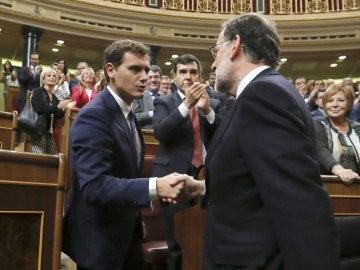 Mariano Rajoy (d), es felicitado por el líder de Ciudadanos, Albert Rivera, tras ser investido presidente del Gobierno