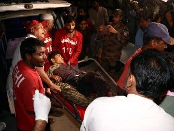 Los médicos llevan a un hombre herido en la explosión de una bomba a un hospital en Hub, Pakistán