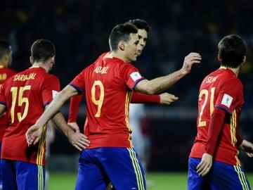 Aritz Aduriz celebra un gol con España