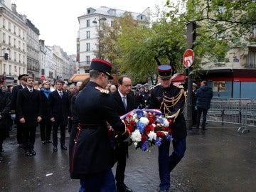 El presidente de Francia, Francois Hollande y la alcaldesa de París, Anne Hidalgo, durante el homenaje por los atentados de hace un año, hoy cerca del café 'A La Bonne Biere'