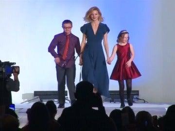 Frame 0.0 de: Actores, deportistas y modelos participan en un desfile de la fundación de Síndrome de Down en Denver, Estados Unidos