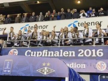 El Rosenborg levantando la copa