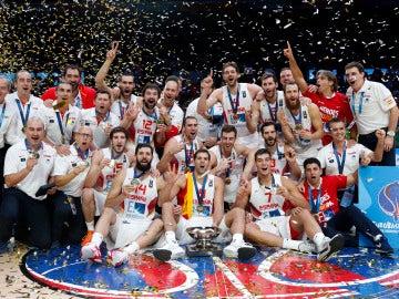 La selección española de baloncesto celebrando su título europeo