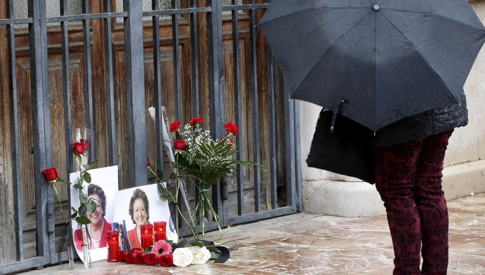 Flores en recuerdo a Barberá en el Ayuntamiento de Valencia