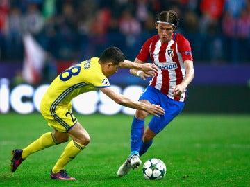 Filipe Luis ante el PSV antes de lesionarse