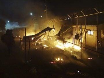 Las llamas devoran las tiendas de campaña en un campamento de refugiados