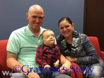 Los padres de Grayson Kole junto a su hijo