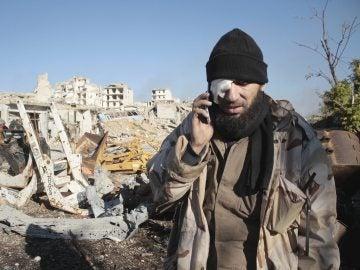 Hombre herido durante la evacuación de civiles en Alepo