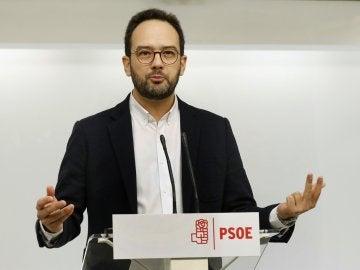 El portavoz del PSOE en el Congreso, Antonio Hernando, durante la rueda de prensa que ha ofrecido hoy en la sede del partido