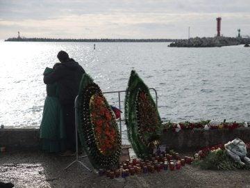 Varios residentes de Sochi encienden velas y dejan flores en memoria de las víctimas