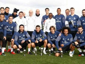 La plantilla del Real Madrid posa con los trofeos de la gala The Best