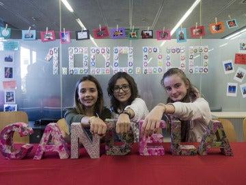 Las niñas enseñan sus creaciones de pulseras 'Candela'