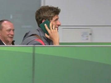 Thomas Müller simula una conversación telefónica con su pasaporte