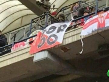 Frame 6.311724 de: Aficionados ultra del Sevilla homenajean al 'Prenda' en Pamplona, cabecilla de los presuntos violadores de San Fermín