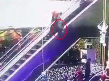 Un bebé cae por unas escaleras mecánicas
