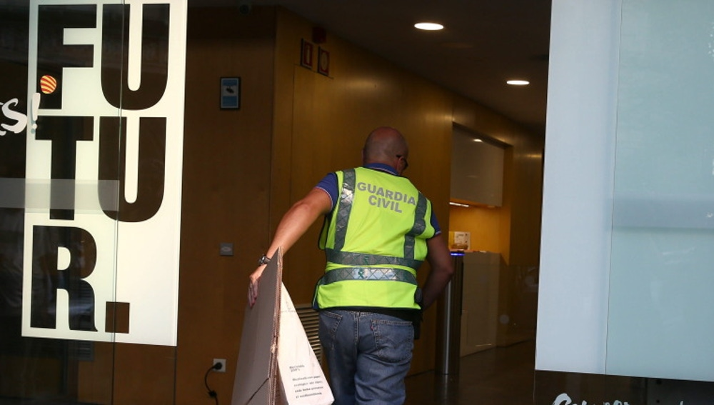 Un guardia civil entra en la sede de Convergència