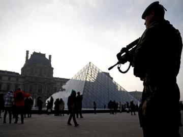 Un soldado galo permanece en guardia ante el museo del Louvre en París, Francia