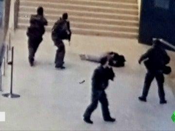 """Frame 2.6379 de: El sospechoso del ataque en el Louvre publicó en las redes: """"no hay paz en la guerra"""""""