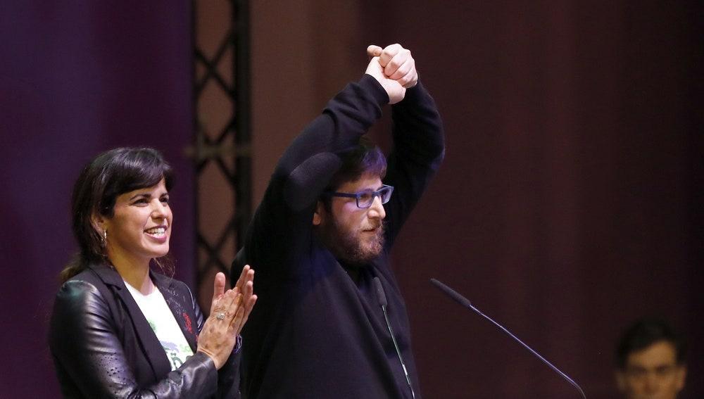 La coordinadora general de Podemos en Andalucía, Teresa Rodríguez (i), y el eurodiputado de Podemos Miguel Urbán de Anticapitalistas
