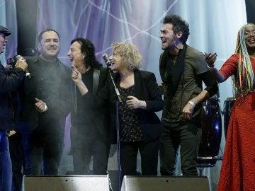 """El cantante Joan Manuel Serrat (i), Lucrecia (2-d) y Marina Rosell (c), entre otros, durante el """"Gran concierto por las personas refugiadas"""" celebrado esta noche en el Palau Sant Jordi de Barcelona"""