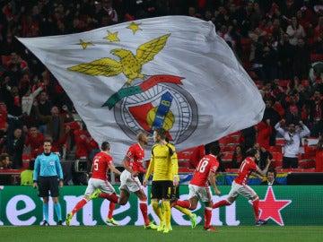 Los jugadores del Benfica celebran el gol de Mitroglou contra el Dortmund