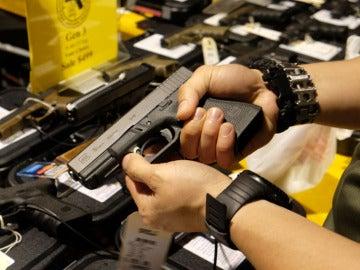 Una persona con una pistola en la mano