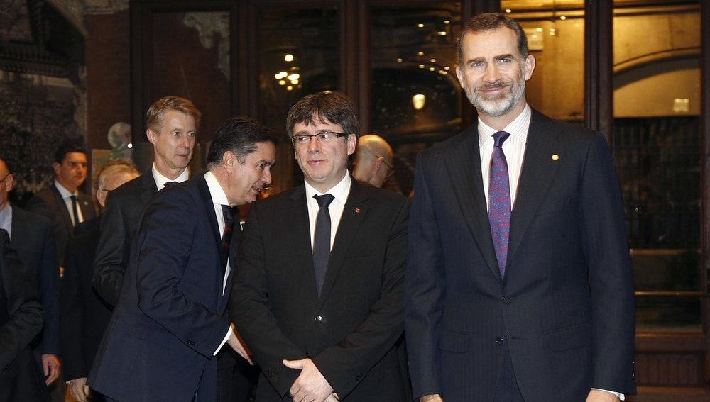 Carles Puigdemont y Felipe VI, en la cena de apertura del 'Mobile World Congress'