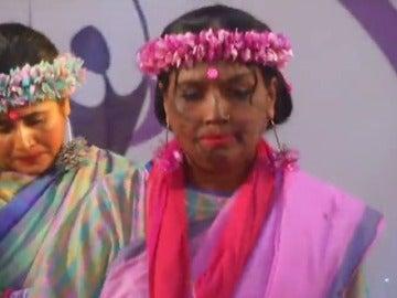 Frame 24.610562 de: Un grupo de mujeres supervivientes de ataques con ácido pisan la pasarela más fuertes que nunca en Bangladesh