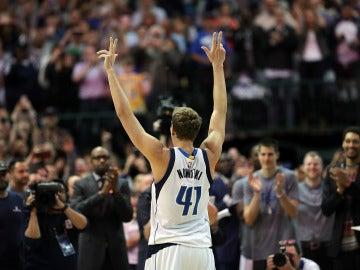 Dirk Nowitzki celebra su punto número 30.000 en la NBA