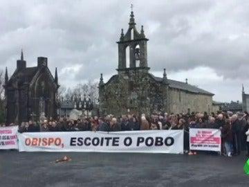 """Un pueblo de Lugo se enfrenta al obispado por destituir a su cura """"Parece mentira que estemos en una democracia"""""""