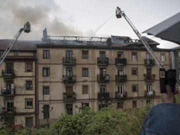 Desalojan a 60 vecinos en el municipio vizcaíno de Sestao por un aparatoso incendio