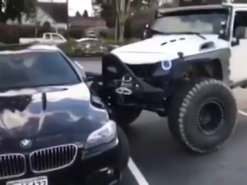 Un conductor estrella su Jeep contra un BMW que se encontraba mal aparcado para dejarlo en su hueco correspondiente