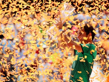 Roger Federer levanta el trofeo de campeón del Masters 1.000 de Miami