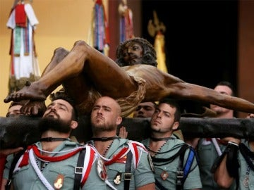 Traslado del Cristo de la Buena Muerte por los legionarios