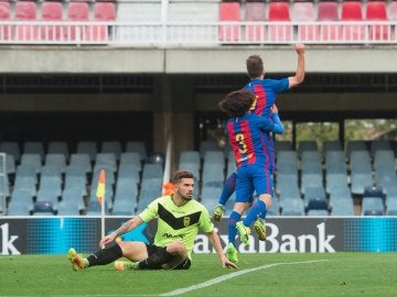 El filial celebra uno de los goles al Eldense