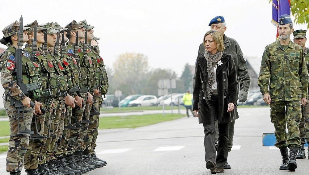 La exministra Carme Chacón visitando a las tropas españolas en el exterior