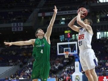 Carroll lanza a canasta ante la defensa de Nikola Radicevic