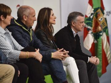 El lehendakari vasco, Iñigo Urkullu escucha la intervención de Andoni Ortuzar