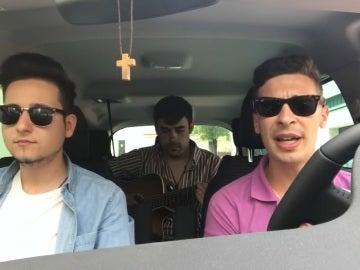 Los tres jóvenes cantando su tema