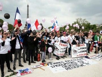 Las mujeres de los policías denuncian el estado de alerta frente a la torre Eiffel